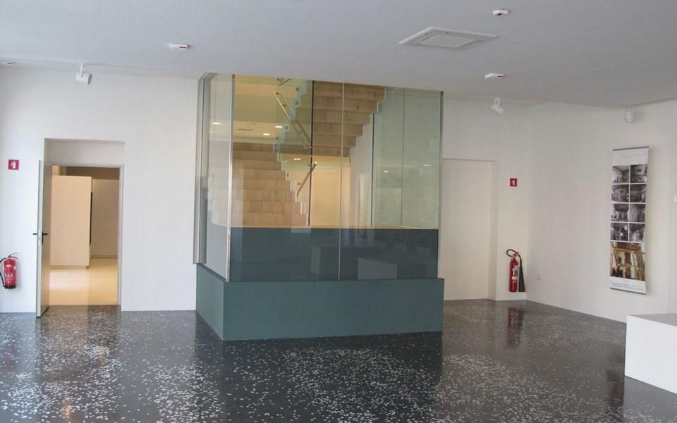 Безрамково огнеупорно остъкление с Promat®-SYSTEMGLAS 30 около стълбищната клетка на Градската галерия в Пиран