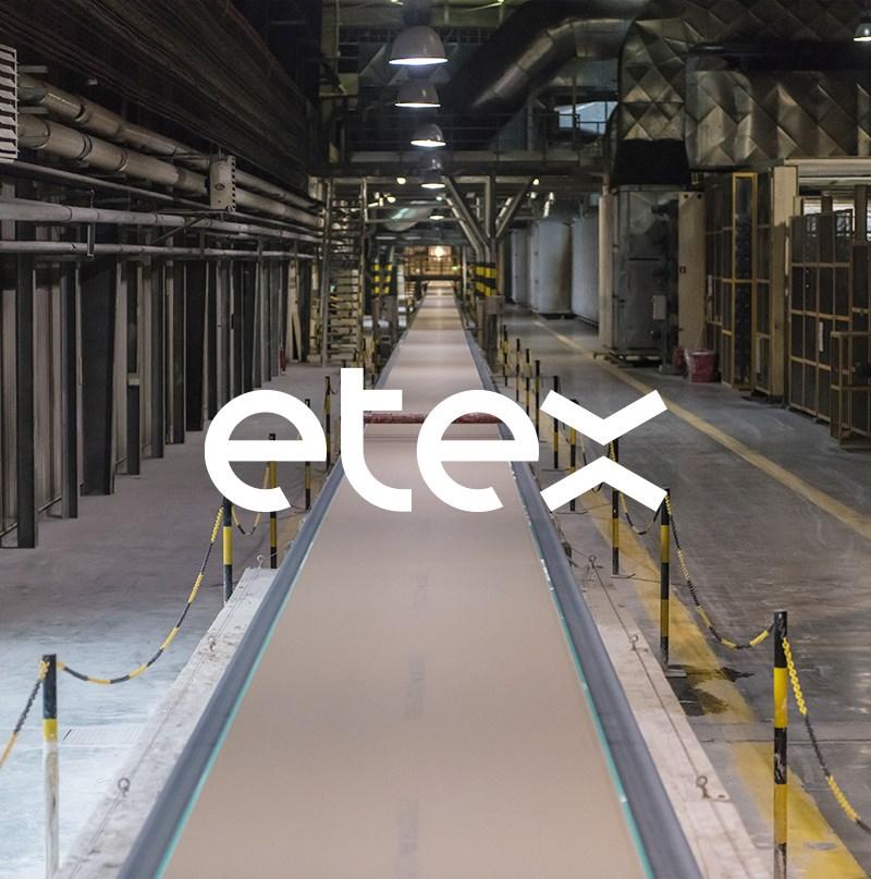Logo Etex na výrobnej linke v priemyselnej hale